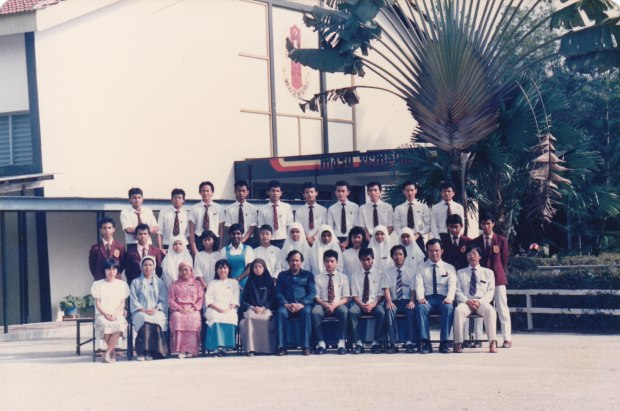 The late Claudia Theophilus  (standing in the middle row, 5th from the left) with her Form Five Bohr 1988 classmates, Sekolah Tuanku Jaafar Kuala Pilah